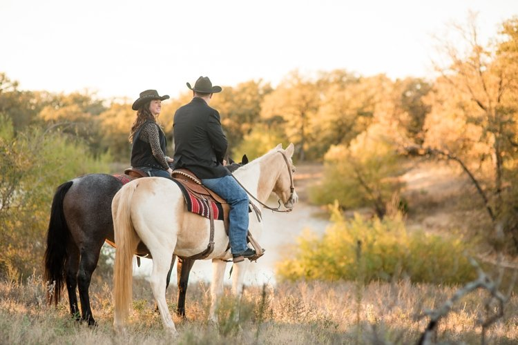 colt-and-haley-wright-trail-rides-and-cowboys-in-decatur-texas-by-kirstie-marie-photography_0016